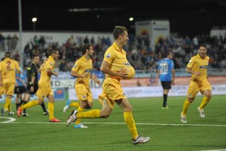 """Donnarumma festeggia il gol col """"pancione"""" nella gara d'andata."""