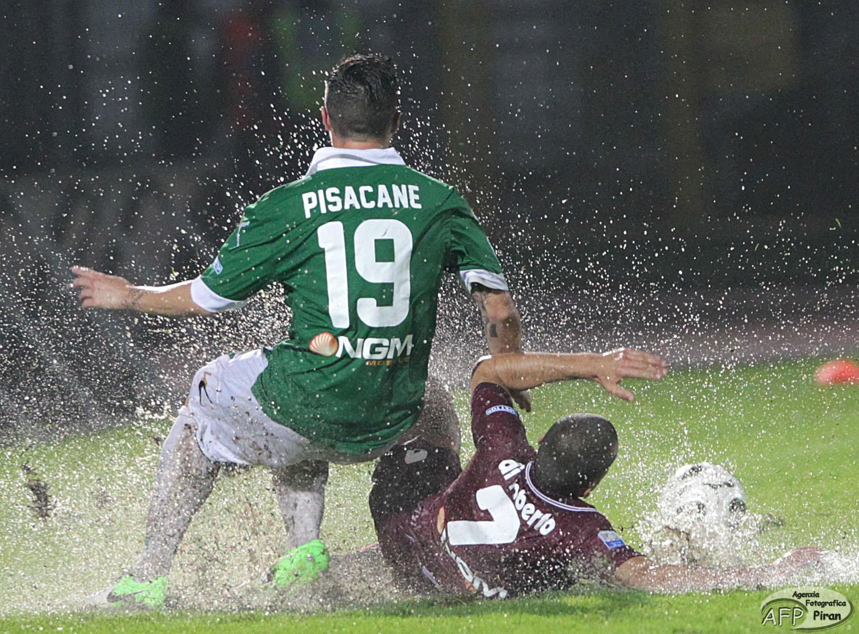 Un'immagine della gara d'andata, giocata sotto una pioggia battente.