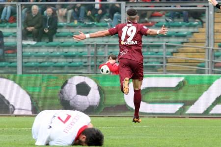 Azzi esulta dopo lo splendido gol in pallonetto.