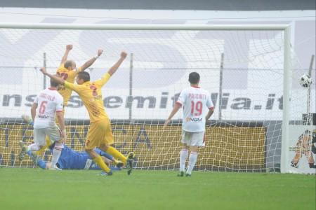 L'esultanza al gol di Alborno nella gara d'andata.