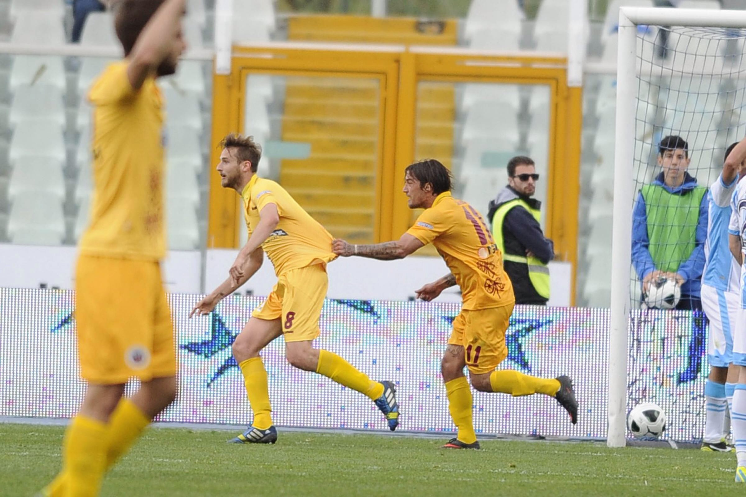 Rigoni dopo il gol viene rincorso da Surraco.