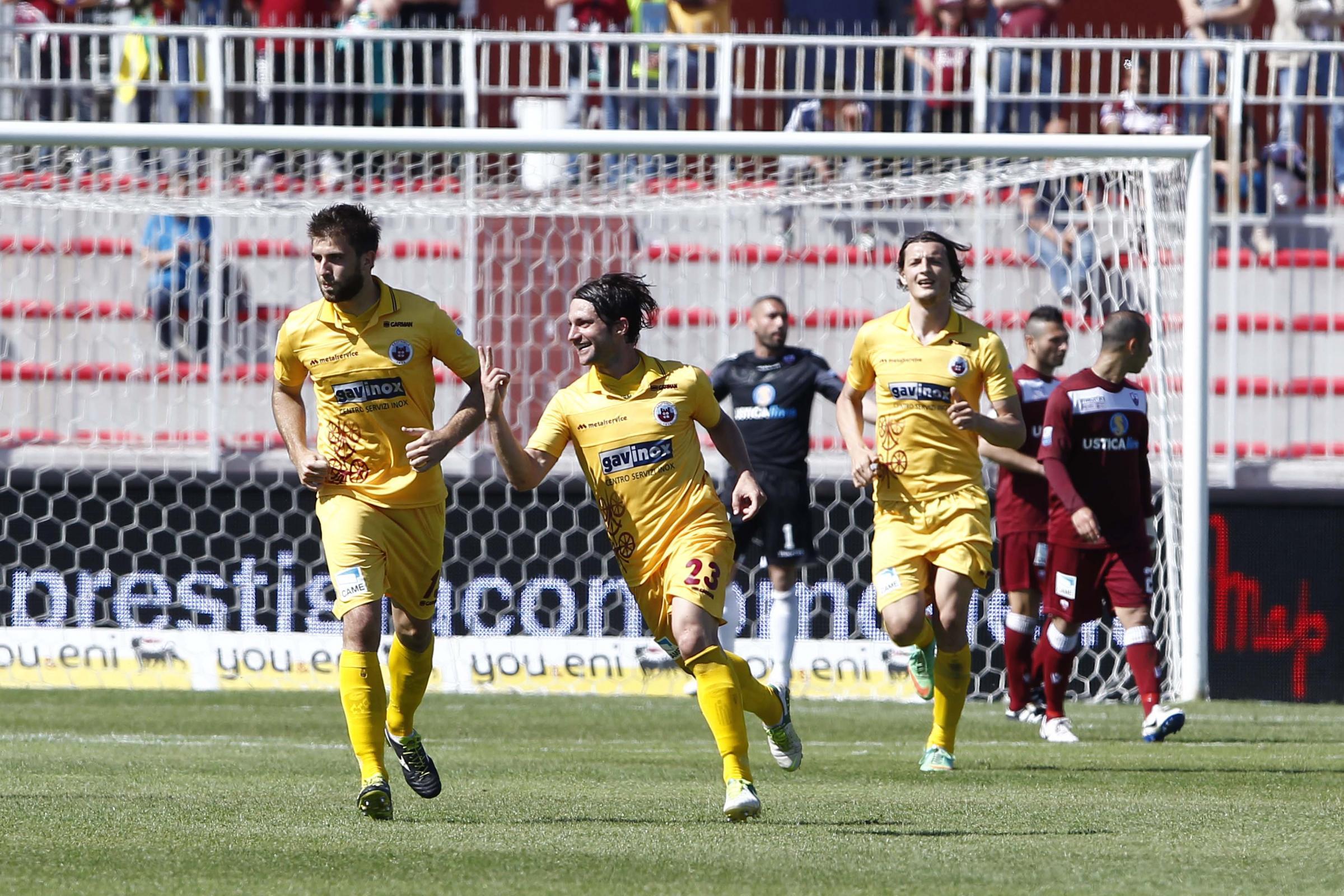 Paolucci esulta dopo il gran gol vittoria di Trapani.
