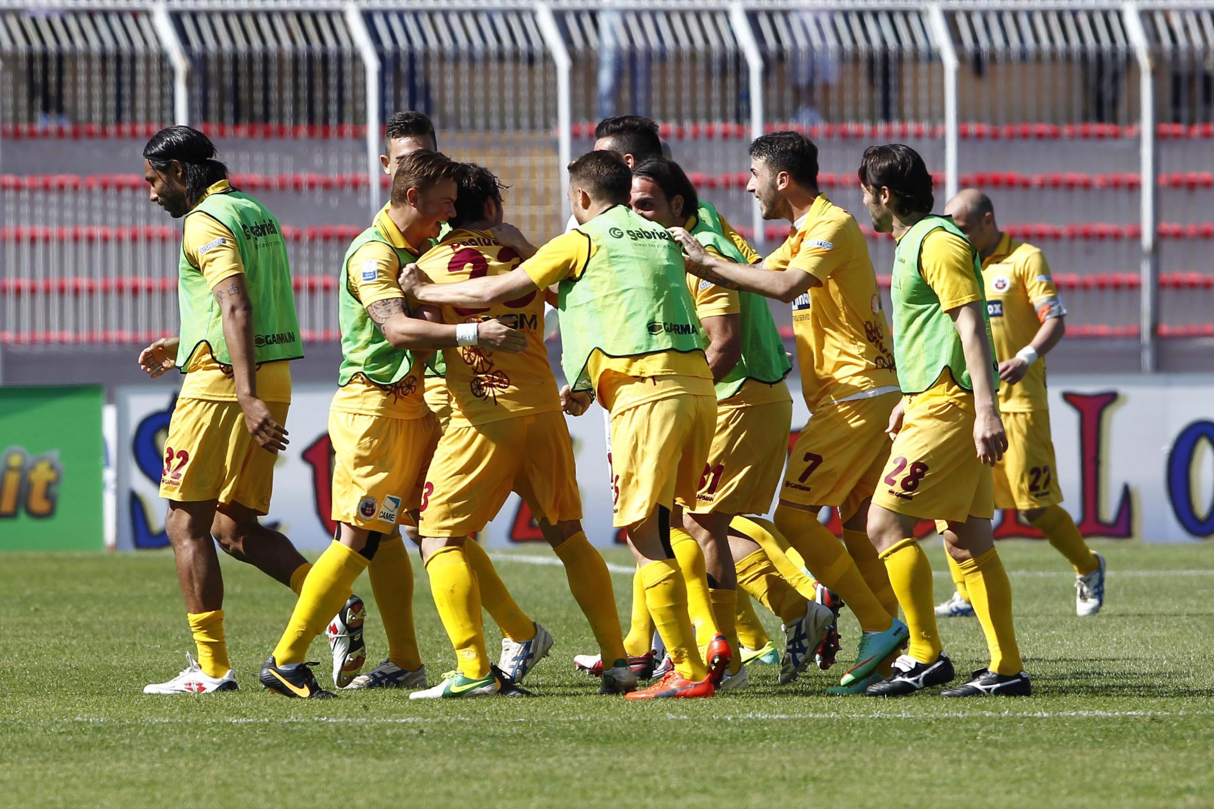 Paolucci festeggiato dai compagni dopo il gol vittoria.
