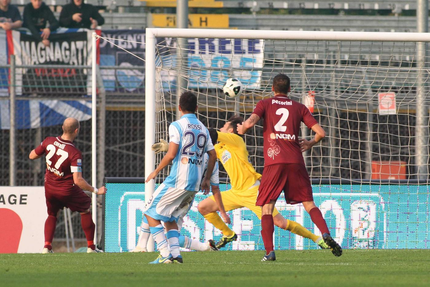 L'anno scorso partita sfortunata, passò il Pescara 1 a 0. Nella foto un gol annullato a Coralli.
