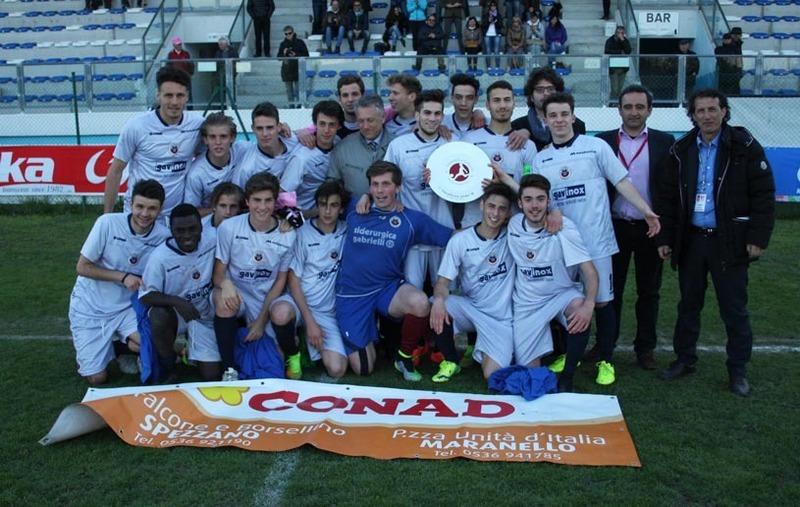 La squadra esulta dopo la vittoria finale.