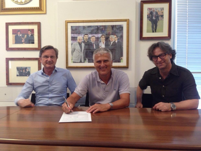 Mister Roberto Venturato tra il Presidente Gabrielli e il Direttore Marchetti al momento della firma.