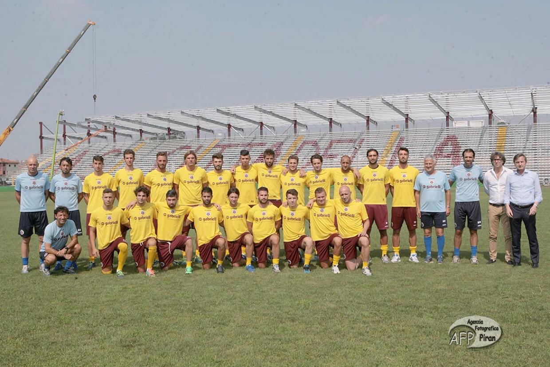 La foto di gruppo prima dell'allenamento. Alle spalle cresce la nuova copertura. (Foto Piran)