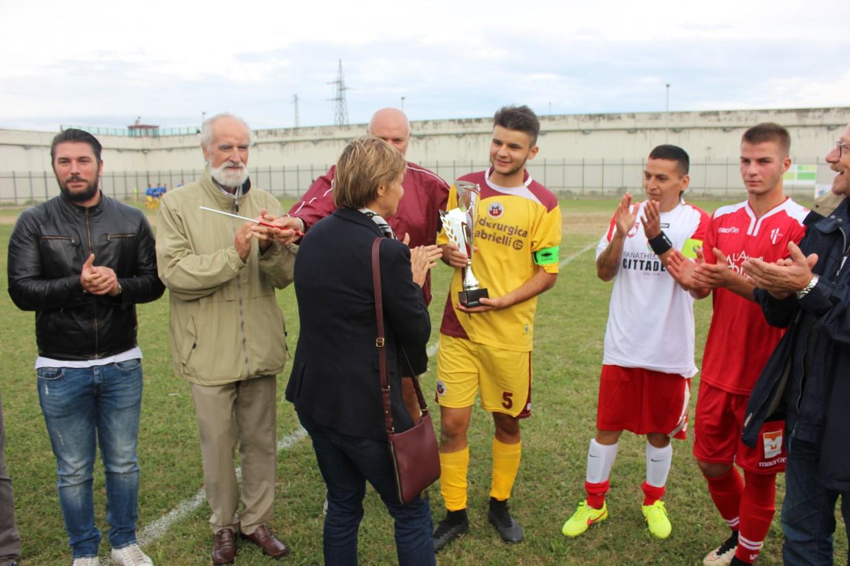 La consegna della Coppa al capitano granata Rumleanschi.